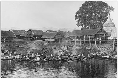 Riverside with bazaar huts in Pekon. The bazaar traders arrive with boats early in the morning @ Christine Scherman