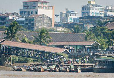 Bank of the Yangon River in Yangon. Goods for the city's markets are being unloaded @ Birgit Neiser