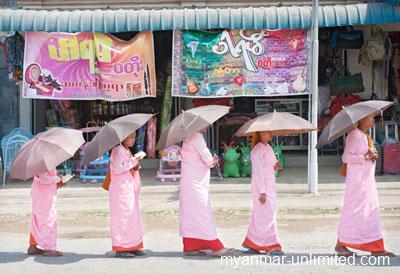 Buddhist nuns on the way to Loikaw Monastery @ Birgit Neiser